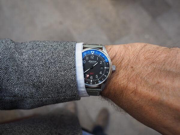 montre Alpina Startimer Pilot GMT - poignet dessus -montresdesign