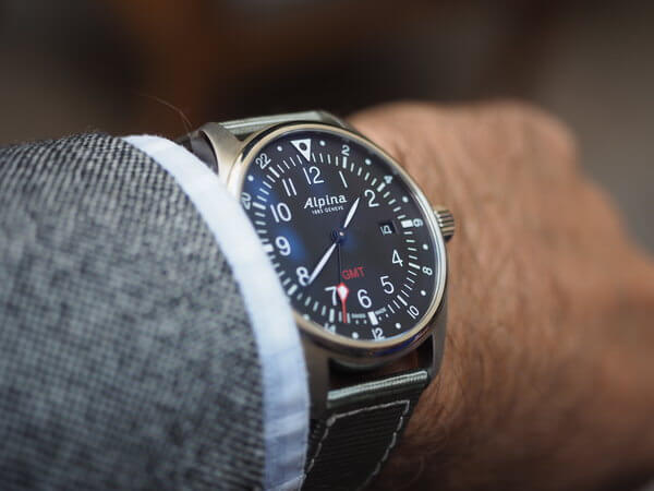 montre Alpina Startimer Pilot GMT - poignet incline -montresdesign