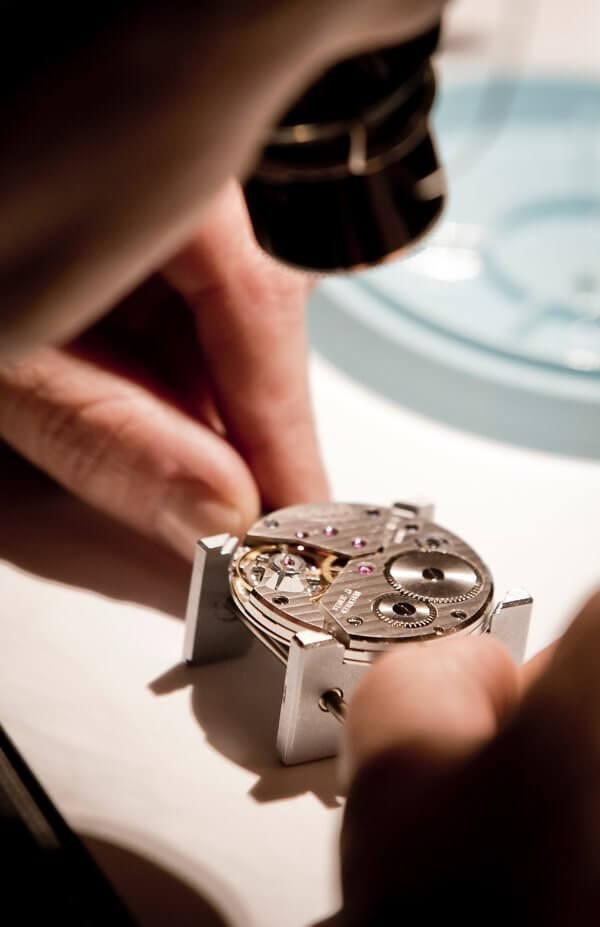 Exposition Une montre une histoire federation haute horlogerie x richemont x galeries lafayette, ateliers horlogers