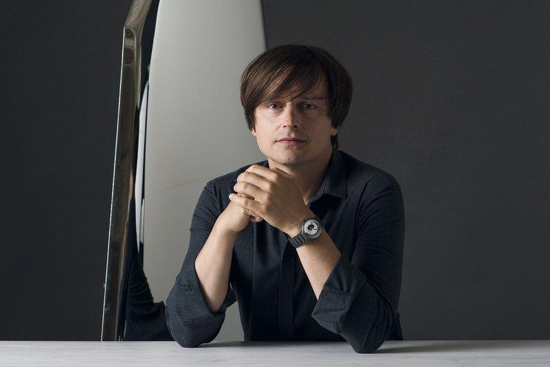 Designer Oskar Zieta avec sa montre Rado True Mirror